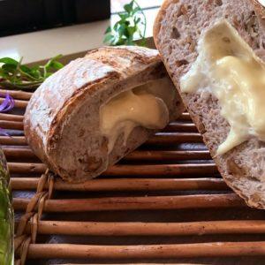 まるごとカマンベールの くるみパン