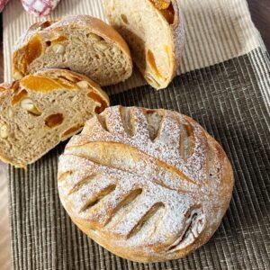 ★★カシューナッツとアプリコットのライ麦パン